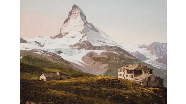 Hotel Riffelhaus, en Riffelberg, Suiza, con el monte Cervino en el fondo, foto tomada en 1893. Swiss Camera Museum Collections