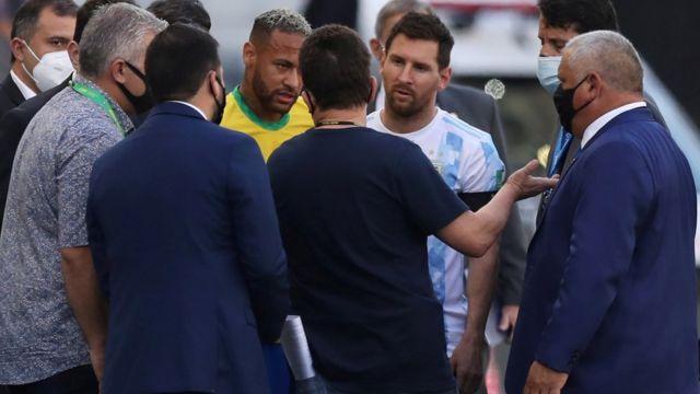 Messi y Neymar discutiendo con las autoridades