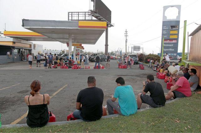 Personas haciendo fila para comprar gasolina