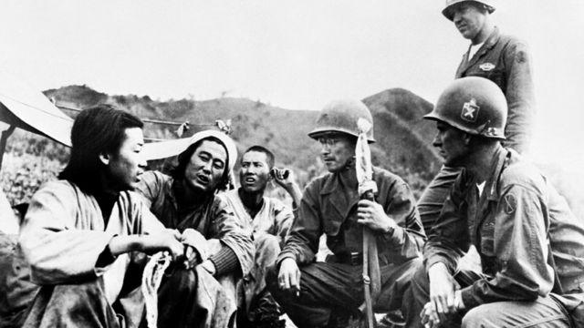 Cha mẹ ông Moon chạy khỏi miền Bắc trong đoàn người vào Nam năm 1950 (hình minh họa)