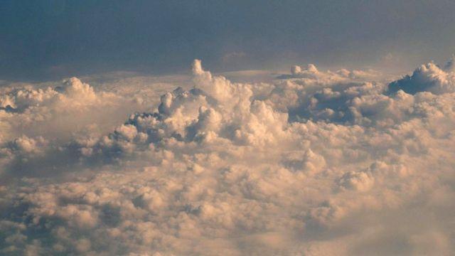 Один из методов засева облаков предполагает распыление соляной смеси сверху