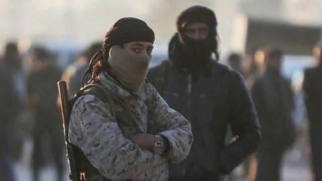 مسلحون من المعارضة في حلب قبل خروجهم