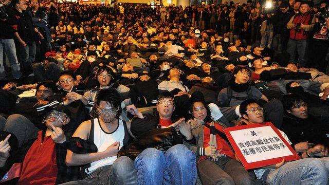 2010年反高鐵人士集結在立法會外抗議。