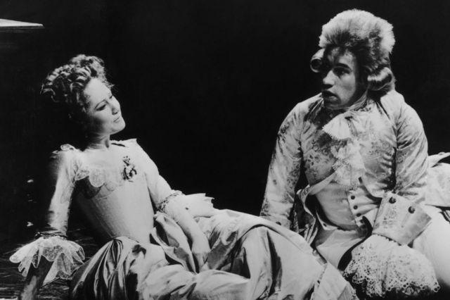 ナショナル・シアター版「アマデウス」でモーツァルトを演じるサイモン・カロウ(右)と、妻コンスタンツァ役のフェリシティ・ケンドル(1980年1月)