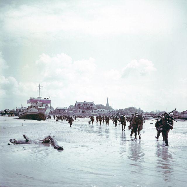 Canadian troops walk ashore at Bernières-sur-Mer