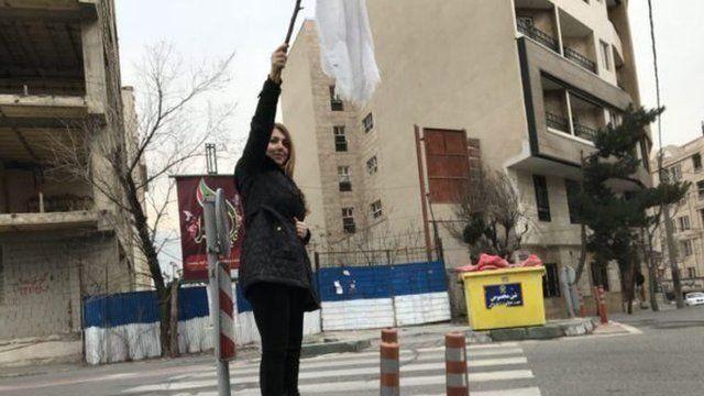 شاپرک شجری زاده که گزارش شد پس از اعتراض در خیابان قیطریه تهران در بازداشت کتک خورد