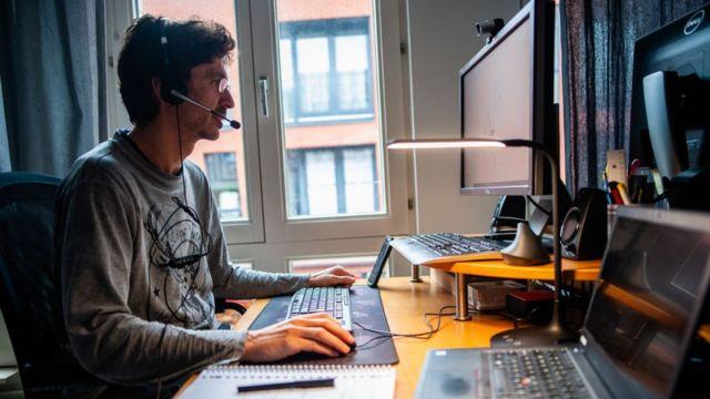 Hombre trabajando desde casa en Ámsterdam