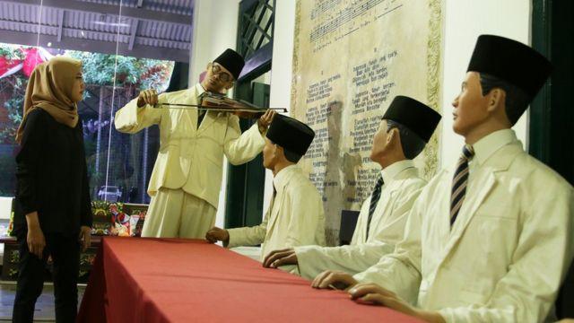 Pengunjung mengamati koleksi Museum Sumpah Pemuda, Jakarta, Jumat (26/10/). Masyarakat ramai mengunjungi museum ini menjelang peringatan Hari Sumpah Pemuda ke-90 yang jatuh pada Minggu 28 Oktober 2018.