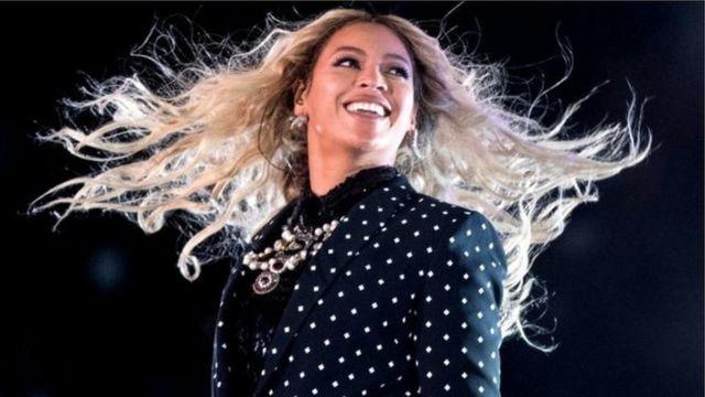 """ورشحت بيونسي للجائزة الرئيسية للغرامي، وهي ألبوم العام، لألبومها المصور الطموح """"ليمونيد""""، الذي يتناول موضوع الأصل العرقي وهوية المرأة"""