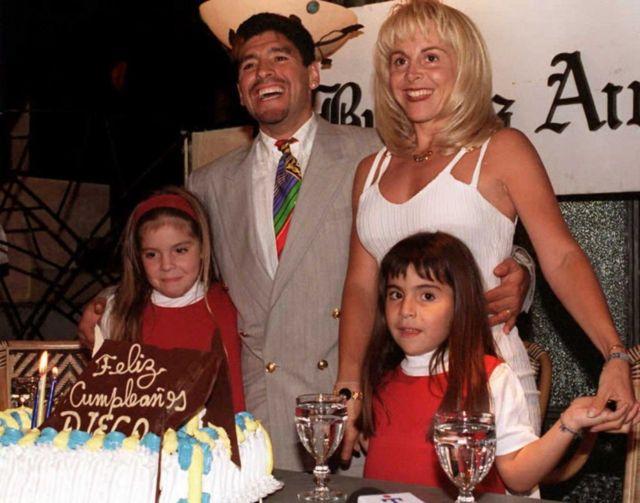 Arjantinli futbol yıldızı Diego Maradon, Buenos Aires'te 35. yaş gününü kutlamak için eşi Claudia ve iki kızı Giannina (solda) ve Dalma (Sağda) ile birlikte poz veriyor.