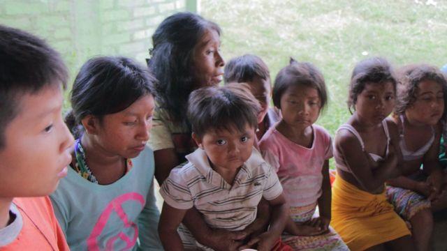 Irene Guasiruma conta uma história para crianças