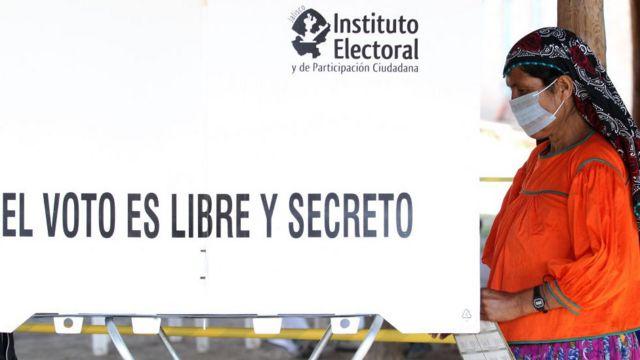 """Cartel """"El voto es libre y secreto""""."""