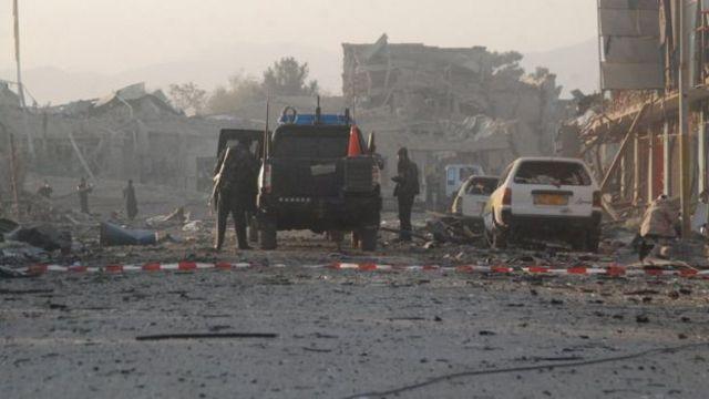 أفراد أمن يتفقدون مكان التفجير