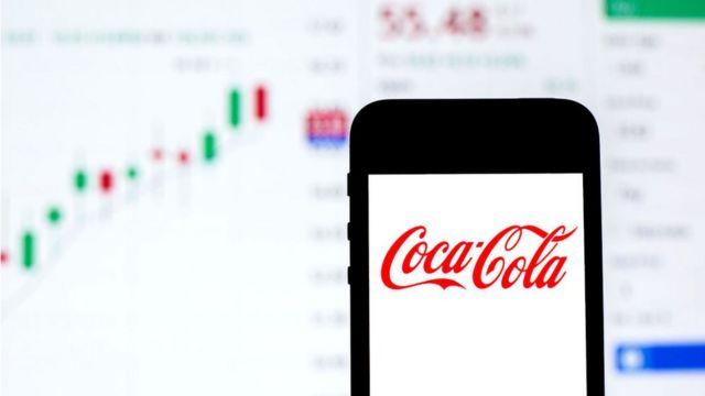 Celular com a logomarca da Coca-Cola