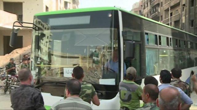 Mühasirədə olan Darayya qəsəbəsini tərk edən avtobus