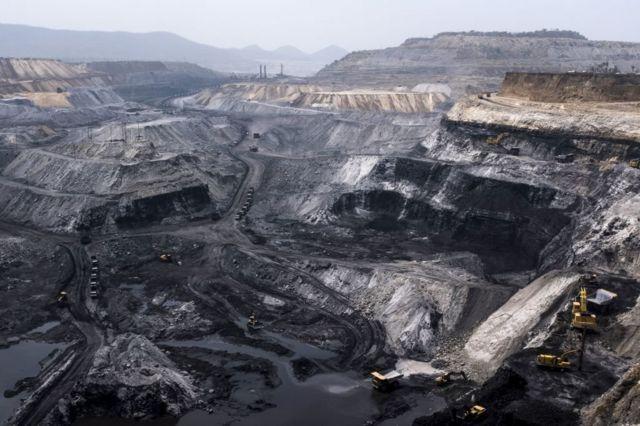 印度贾坎德邦一座露天煤矿,矿深几十米,矿区直抵地平线