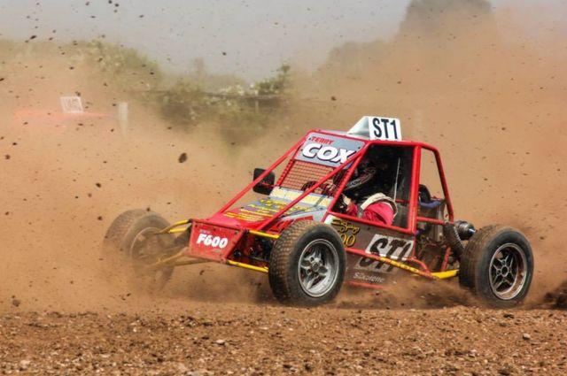 Un auto de motocross en una pista seca