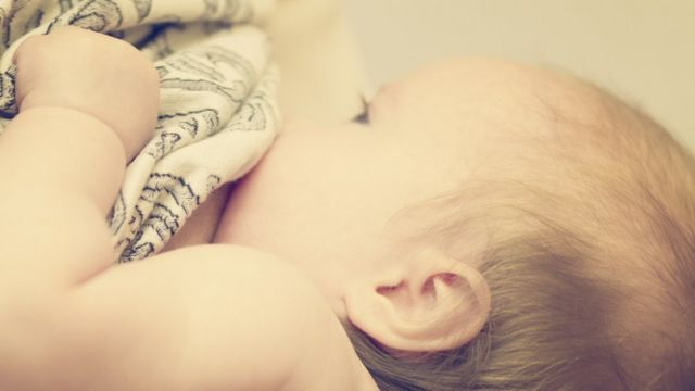 Bebê sendo amamentado