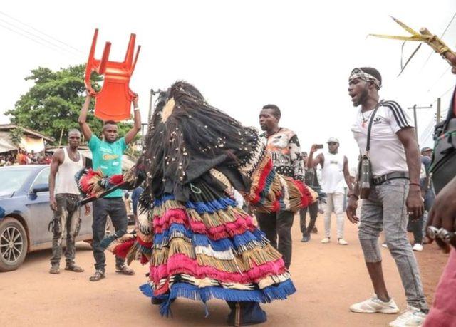 Mwanamume akiwa amevalia vazi lililotengenezwa kitamaduni akicheza kwenye mitaa ya Arondizuogu wakati wa tamasha la Ikeji nchini Nigeria