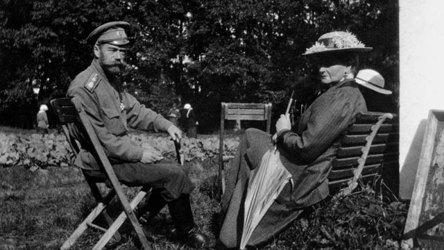 Николай и Александра в Александровском парке в Царском селе во время домашнего ареста, весна 1917 г.