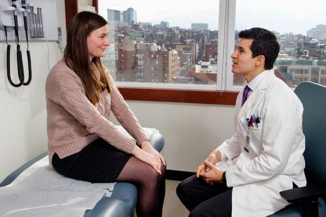 Доктор Джоэл Салинас с пациенткой