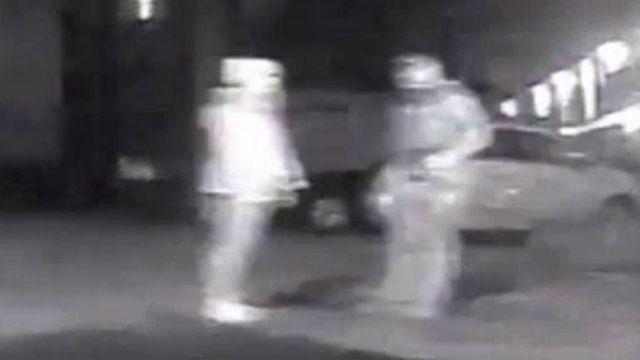 Wayne Couzens'ın (sağda) Sarah Everard'a polis kimlik kartını gösterdiği düşünülen bir görüntü.