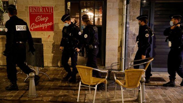 La police patrouille dans les rues de Lille