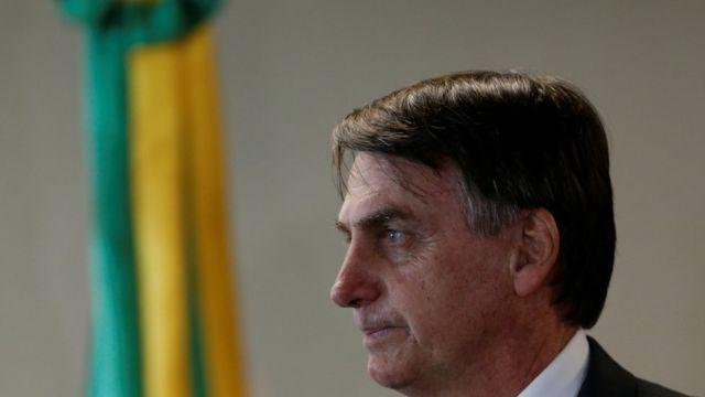 Jair de Bolsonaro em posição de perfil