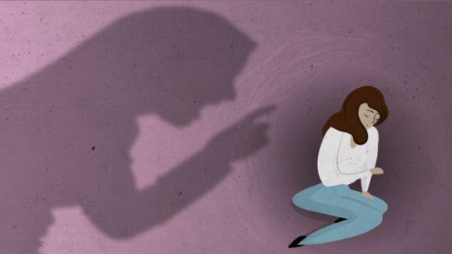 Ilustração mostra uma sombra admoestando uma mulher encolhida