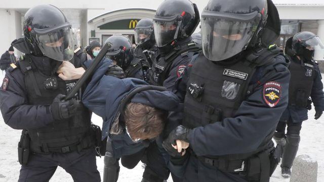 پلیس روسیه در حال بازداشت تظاهرکنندگان