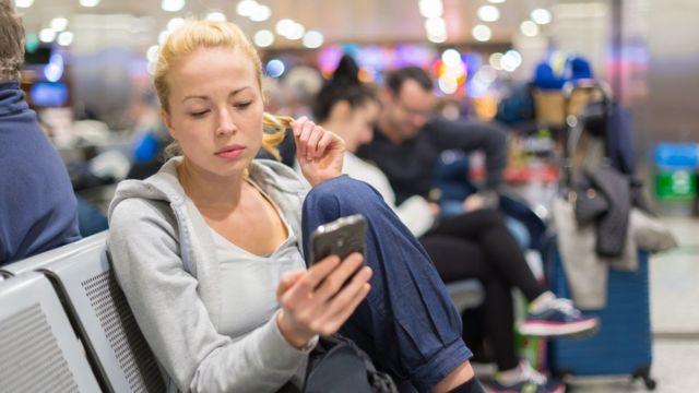Chica utilizando internet en un aeropuerto