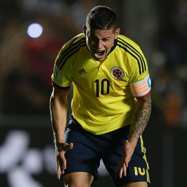 James Rodríguez reacciona a una acción del partido