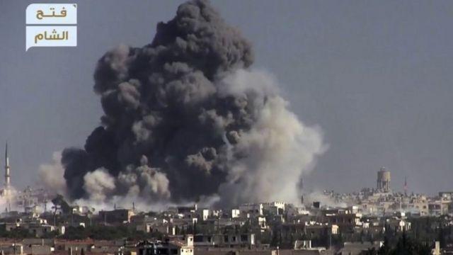 دخان أسود يتصاعد وسط مبانٍ نتيجة انفجار قنبلة