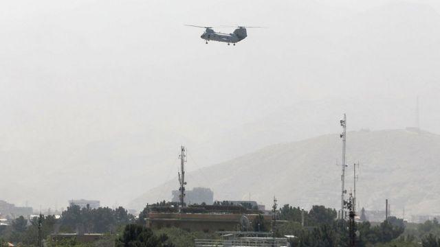 Helicóptero militar dos EUA sobrevoa Cabul durante a retirada de americanos em 15 de agosto de 2021
