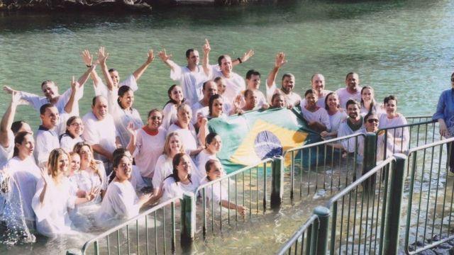 Brasileiros em batismo no rio Jordão
