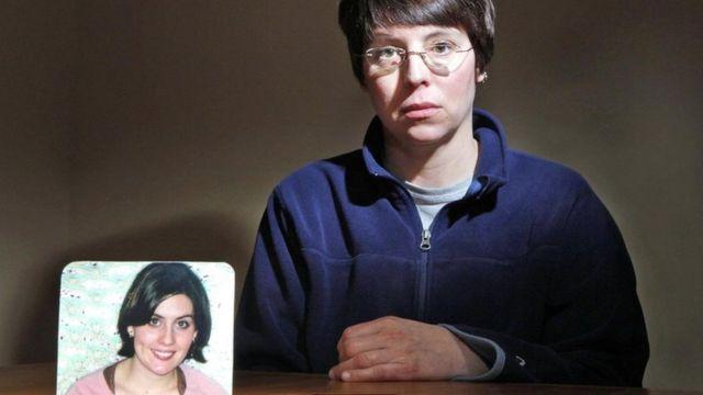 迪伊女士(Holly Dee)的女儿奥利弗(Nicole Oliver)2007年死于丈夫的枪下。平均每月有50位左右的美国女性被自己的伴侣枪杀致死。