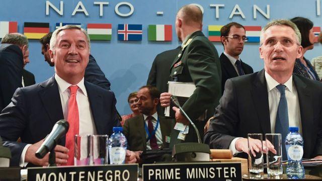 Премьер-министр Черногории (слева) и генсек НАТО Йенс Столтенберг