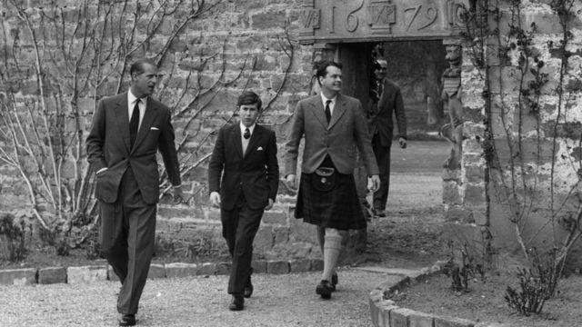 Ngài bắt thái tử Charles phải học ở Gordonstoun, khiến hai cha con giận nhau