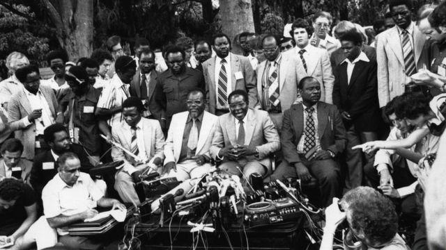 Robert Mugabe akifanya mkutano na waandishi wa habari kama waziri mkuu wa Zimbabwe aliyechaguliwa Machi 6, 1980