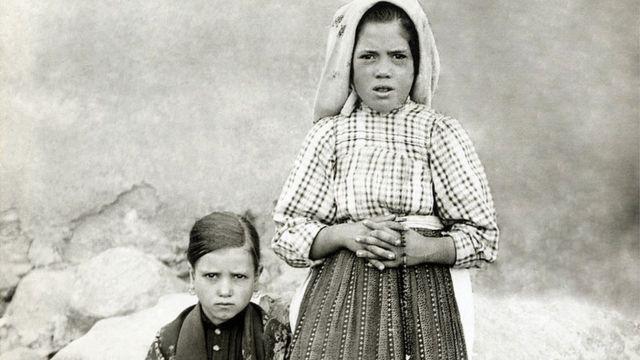 Jacinta Marto (izda) y Lucía Dos Santos (dcha) en 1917.