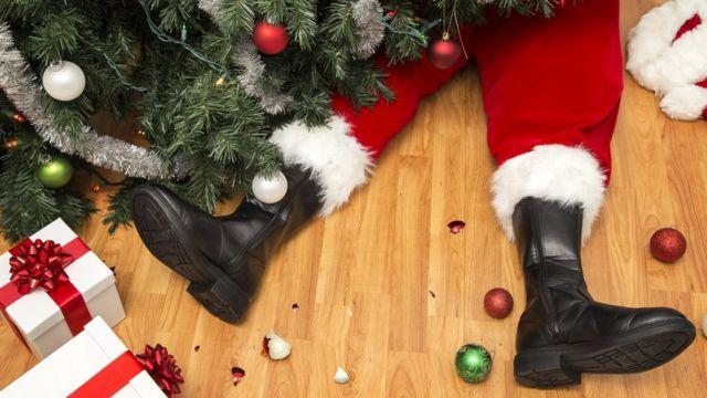 Ноги Деда Мороза, торчащие из под елки