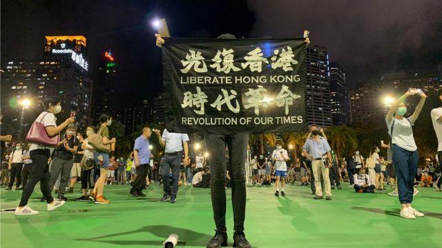 """香港维多利亚公园足球场上一位参与""""六四"""