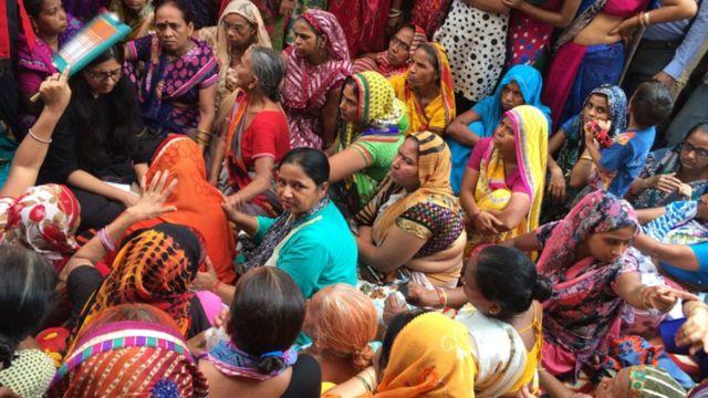 करुणा की मां से मिलने दिल्ली महिलाआयोग की अध्यक्ष स्वाति मालिवाल पहुंची