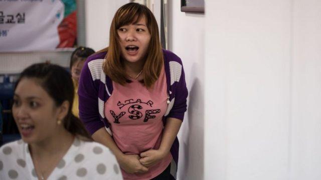 Các cô gái lấy chồng Hàn Quốc tham gia lớp học về hội nhập văn hóa tại Trung tâm Hàn Quốc về chính sách cho quyền con người tại Cần Thơ.