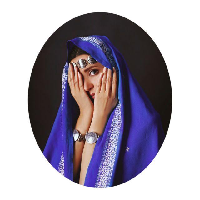 این چهرهها همراه با نگاههایشان در کنار شکستن کلیشه زن افغان زیر برقع او را در پوششی زیبا و سنتگرایانه به تصویر میکشد.