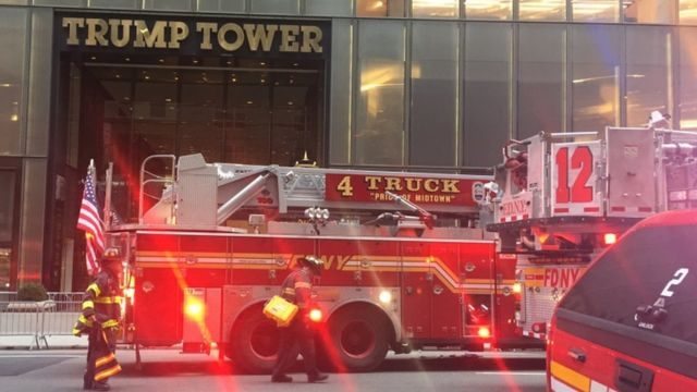 Motocin kashe gobara sun isa benen Trump Tower domin kashe gobara a titin Fifth Avenue da ke birnin New York.