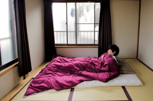 El minimalist Katsuya Toyoda muestra cómo duerme en su habitación en Tokio