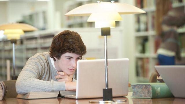 Un joven en una biblioteca