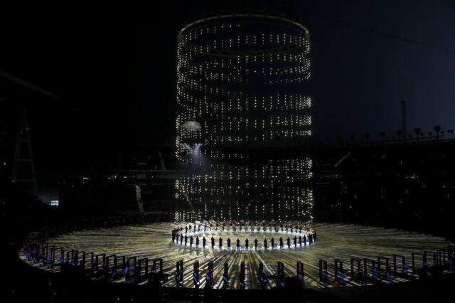 اجرای حرکات نمایشی در افتتاحیه المپیک زمستانی