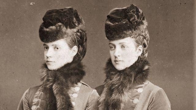 Irmãs Alexandra (à direita) e Dagmar da Dinamarca, em 1874